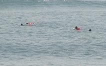 Tìm kiếm cháu bé mất tích,thấy xác phụ nữ dưới biển