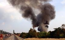 Cháy nhà kho, khói mù trời