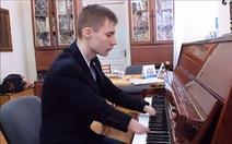 Xem chàng trai cụt tay chơi piano du dương điệu nghệ