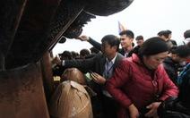 """Khai hội Yên Tử: Đại biểu cũng cầm tiền """"đánh bóng"""" chùa Đồng"""