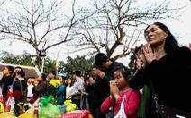 Người dân ùn ùn đổ về đền Trần