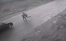 Video bé 4 tuổi thoát chết gang tấc khi chạy qua đường