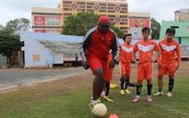 Thầy Nigeria dạy bóng đá miễn phí
