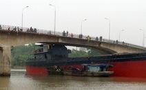 Tàu 3.000 tấn mắc kẹt dưới gầm cầu An Thái