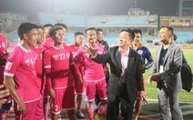 Làng bóng đá Việt bất lực trước bầu Hiển