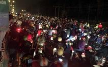 """Hàng trăm xe máy bu kín quốc lộ 51 """"quậy"""" dịp lễ Dinh Cô"""