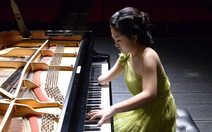 Clip nữ nghệ sĩ khuyết tật chơi piano bằng một tay