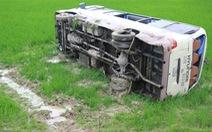 Xe khách lật xuống ruộng, 8 người phải cấp cứu
