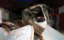 Xe khách tông sập 2 nhà dân, nhiều người bị thương