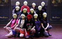 Nhóm nhạc 18 cô gái Nhật đeo mặt nạ gây chú ý