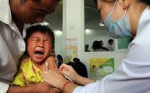 Rúng động vắcxin kém chất lượng, dân Trung Quốc đổ sang Hong Kong chích ngừa