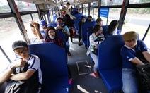 Xe buýt muốn kéo hay rước khách lên xe?