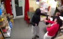 Video cướp cầm súng xông vào, bà chủ chửi ngốc và đuổi đi