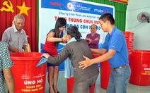 Trao 300 thùng chứa nước cho dân nghèo vùng hạn mặn