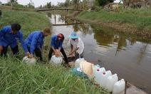 Bạn trẻ Tiền Giang góp nước cho người dân vùng hạn, mặn