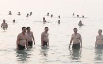 Sáng 1-5 Bí thư Đà Nẵng Nguyễn Xuân Anh tắm biển với dân