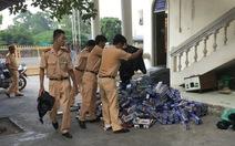 Chở 8.300 gói thuốc lá lậu, dùng gậy gỗ chống trả cảnh sát