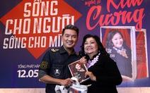 Khán giả tặng mắm lóc trong ngày NSND Kim Cương ra mắt sách