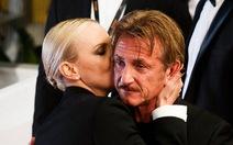 Charlize Theron ôm Sean Pennan ủi khi phim bị chê thậm tệ