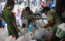 Tạm giữ hàng chục thùng hóa chất tại chợ Kim Biên
