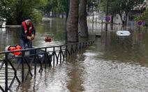 Paris chìm trong nước