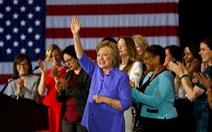 Bà Clinton vượt lên ông Trump