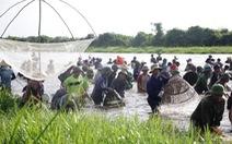 Độc đáo lễ hội cả làng mang nơm, lưới đi đánh cá