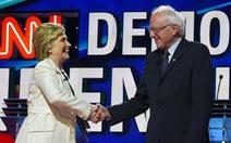 Bà Clinton và ông Sanders chung sức chống Trump