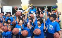 Ngôi sao bóng rổ Mỹ truyền lửa cho trẻ em đường phố Việt Nam