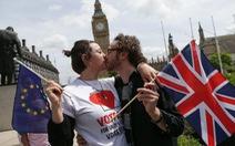 Hơn 420 người xếp hàng hôn nhau kêu gọi Anh ở lại EU