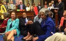 Nghị sĩ Mỹ ngồi biểu tình đòi kiểm soát súng đạn