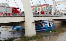 Nước sông Cà Ty dâng cao, tàu kẹt gầm cầu Lê Hồng Phong
