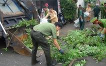 Chiến sĩ công an ra quân dọn vệ sinh đường phố giúp dân