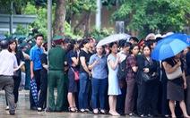 Hàng ngàn người đội mưa đợi viếng các liệt sĩ CASA-212