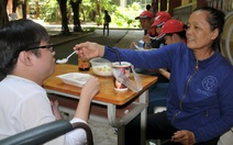 Bà ngoại nghèo nâng bước cháu khuyết tật đi thi