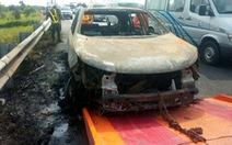 Xe hơi bất ngờ bốc cháy trên đường cao tốc,4 người thoát chết