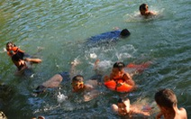 Trẻ em Mai Châu tập bơi