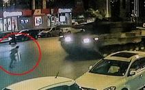 Clip người dân bị 2 xe tăng cán qua khi ngăn đảo chính