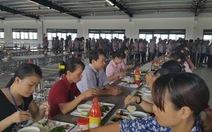 Khoảng 80 công nhân ngộ độc sau khi ăn trưa