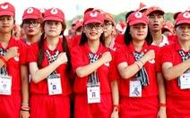 Hơn 2.500 bạn trẻ xếp hình lá cờ đỏ sao vàng