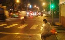 Sao cô phải quỳ xin tiền giữa Sài Gòn?
