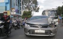 Dừng đèn đỏ, xe hơi bị xe hơi tông móp đuôi