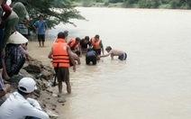 Hai mẹ con bơi thúng qua sông bị lũ cuốn trôi
