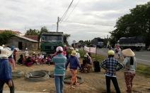 """Hàng trăm người chặn quốc lộ không cho """"giải cứu xe rác"""""""