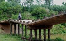 """Cầu mới """"đắp chiếu"""", dân qua cầu cũ như đi tàu lượn"""