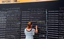 """Bạn ghi gì lên tấm bảng""""Trước khi tôi chết..."""" ở Paris?"""