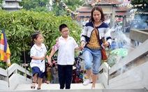 Mẹ con cùng đi chùa ngày lễ Vu lan