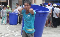 Tặng thùng chứa nước cho dân vùng nhiễm mặn
