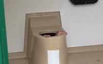 Giúp bạn lấy điện thoại, bị mắc kẹt dưới toilet công cộng