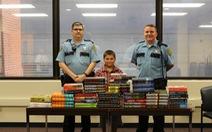 Cậu bé 9 tuổi mua sách tặng tù nhân